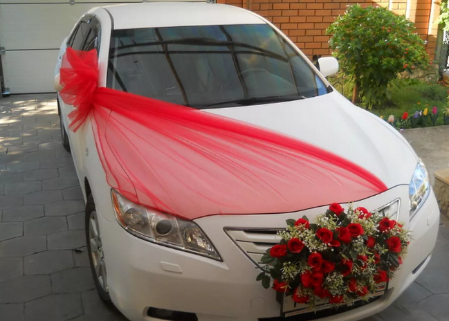 украшение машины на свадьбу лентами