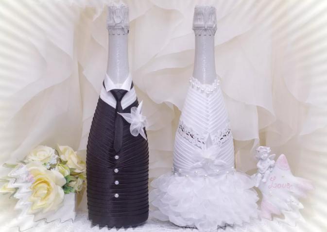 Костюм жениха и невесты на бутылках