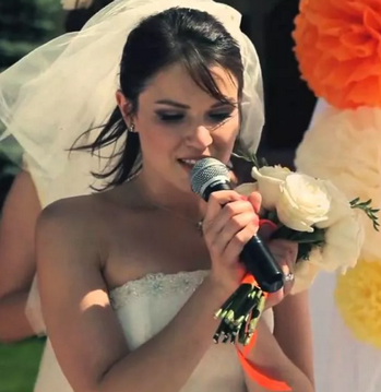 невеста с микрофоном