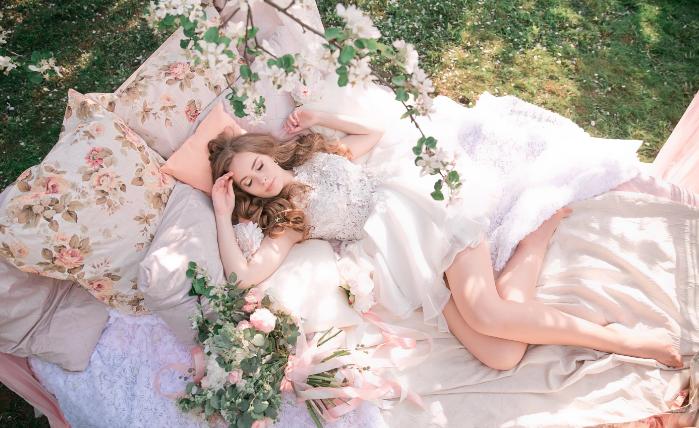 невеста отдыхает на природе