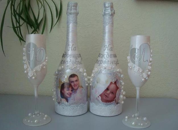 украшение свадебных бутылок фотографиями молодых