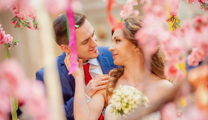 жених и невеста в цветущем саду