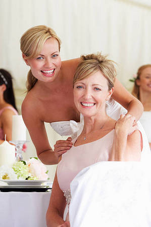 невеста обнимает маму