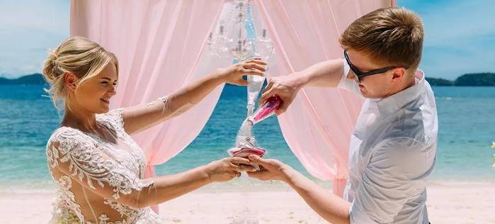 жених и невеста насыпают песок