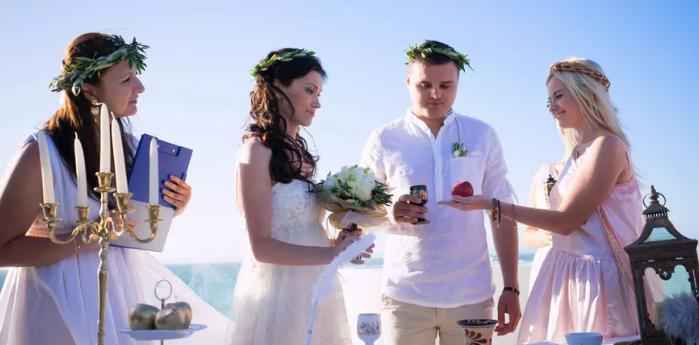жених и невеста в греческих нарядах