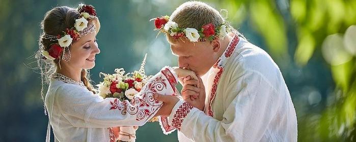 жених целует руку невесты