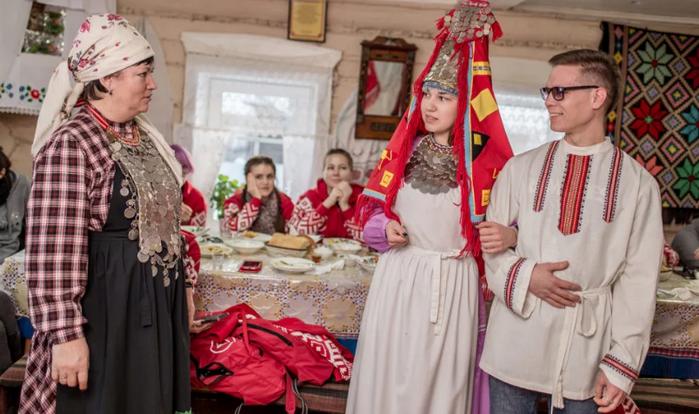 жених и невеста в народных костюмах Удмуртии