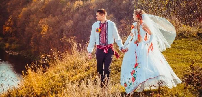 жених и невеста у реки
