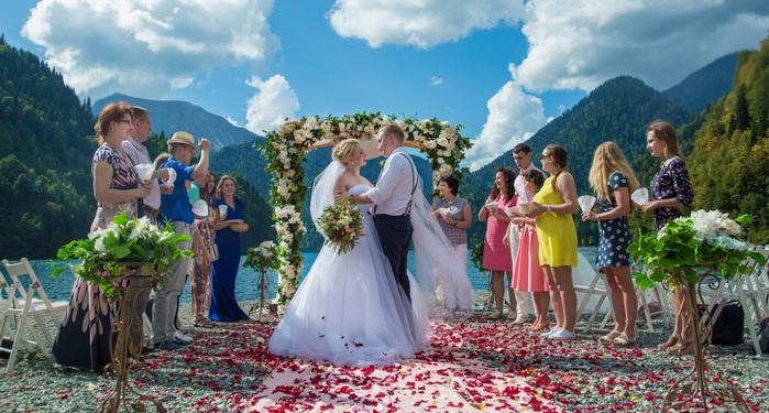 свадьба у озера Рица