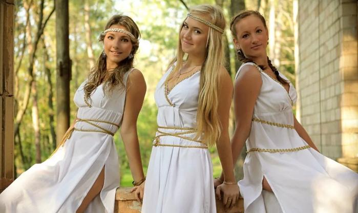 девушки в греческих нарядах