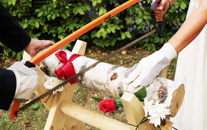 распиливание бревна на свадьбе