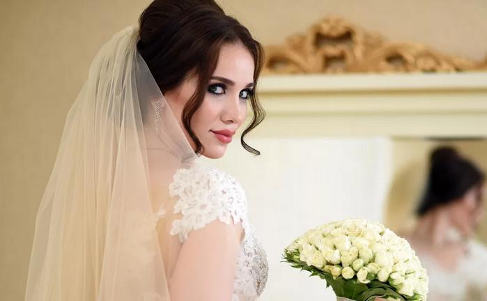 невеста у зеркала
