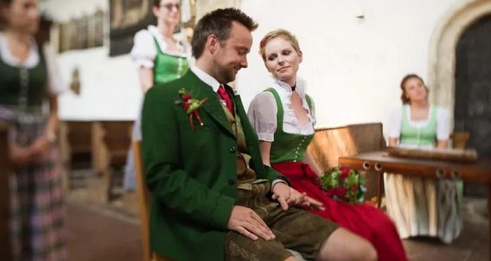 жених и невеста в зелёном