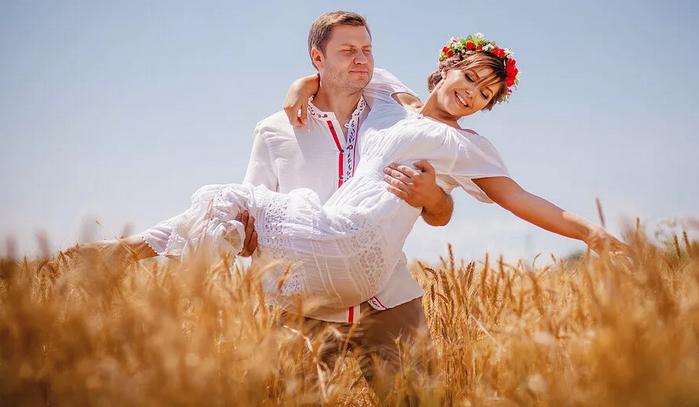 жених несёт невесту на руках