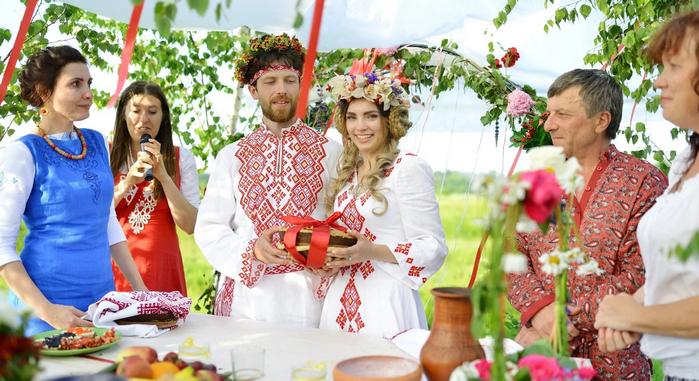 жених и невеста в народных костюмах