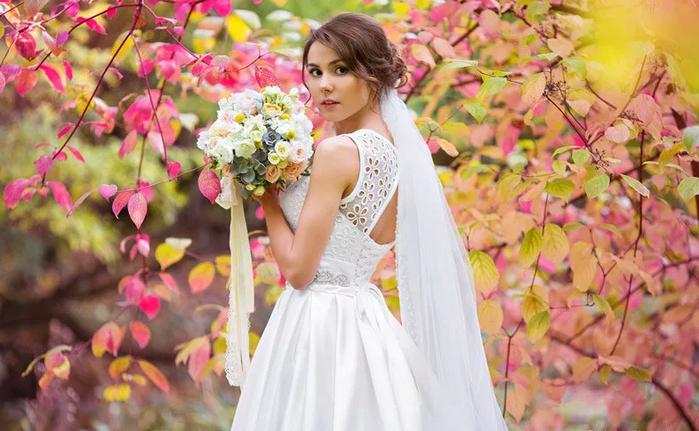 невеста гуляет осенью