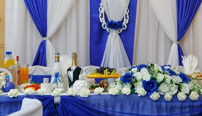 бело-синее оформление свадебного стола