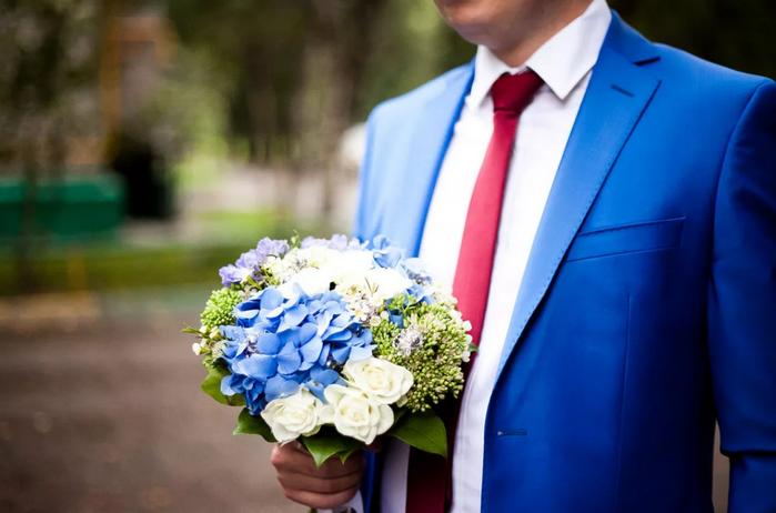 жених в синем пиджаке