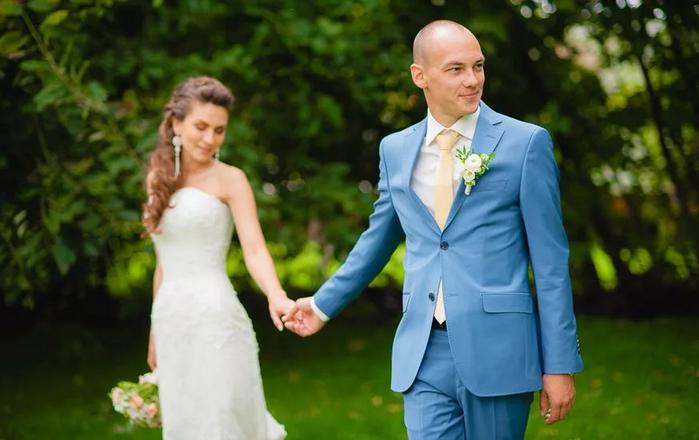 жених в голубом костюме
