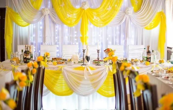 зал в жёлтом цвете