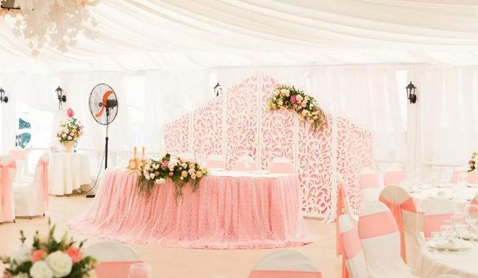 свадебный зал в пудровом цвете