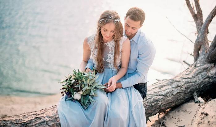 жених и невеста у водоёма
