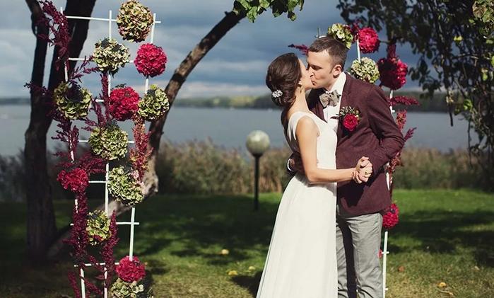 жених и невеста в стиле бордо