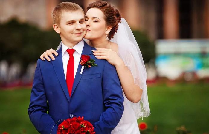жених с синем костюме