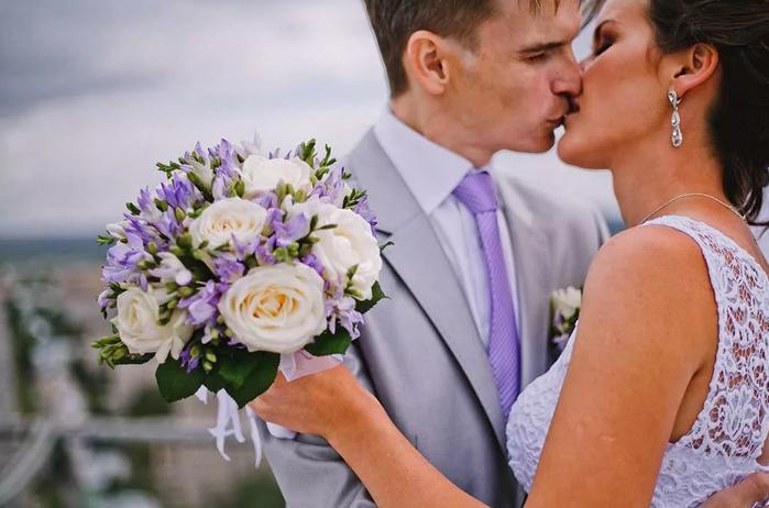 жених в фиолетовом костюме
