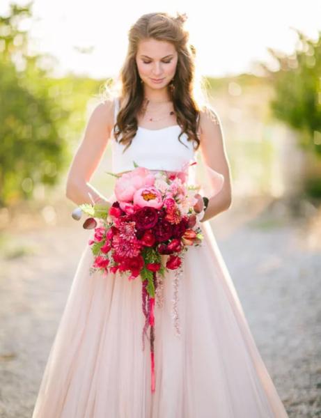 невеста в коралловом платье