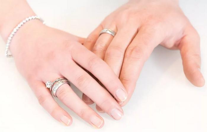 На какой руке носят обручальные кольца в России