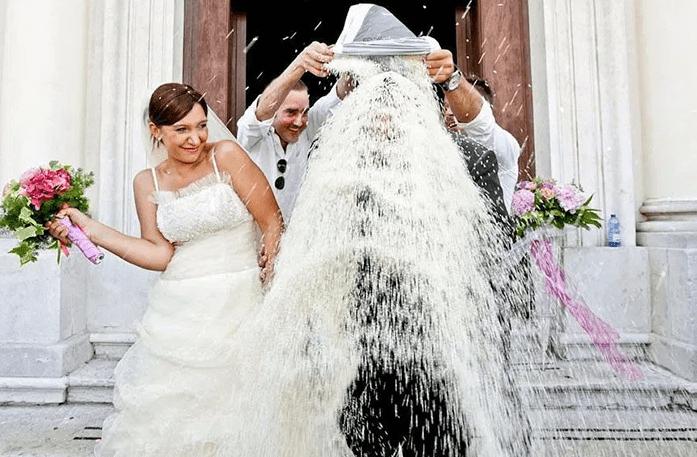 Осыпание рисом на свадьбе