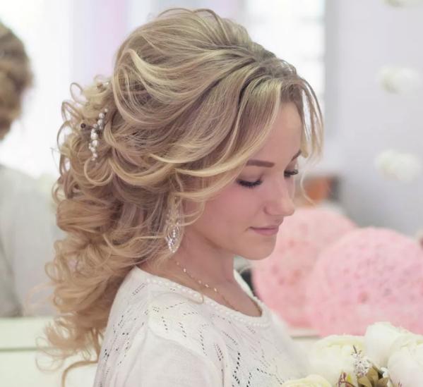 прически на средние волосы для женщин