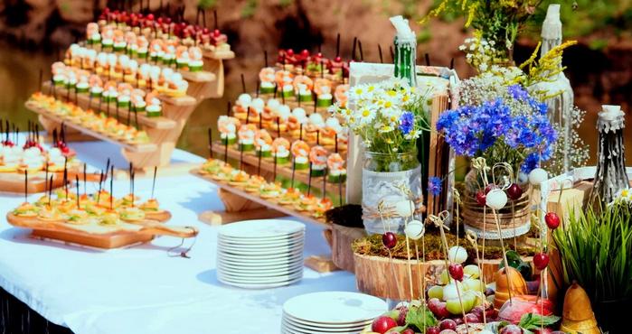 как украсить стол на свадьбу